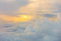 Восход солнца над облаками от окна самолета Стоковые Изображения RF