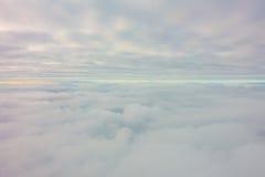 Восход солнца над облаками от окна самолета Стоковые Изображения