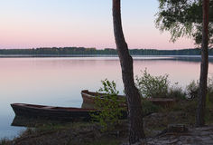 Восход солнца на озере и 2 шлюпках на береге (ozero Pisochne, Стоковая Фотография