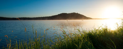 Восход солнца на озере Samsonvale, Квинсленде Стоковые Фото