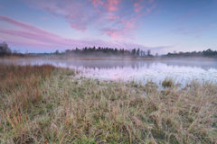 Восход солнца над озером в холодном утре осени Стоковое фото RF