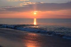 Восход солнца над океаном с золотыми цветами Стоковая Фотография