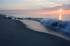 Восход солнца над океаном с разбивать волн Стоковое Фото