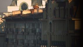 Восход солнца на доме города видеоматериал