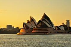 Восход солнца над оперным театром Сиднея Стоковые Изображения