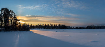Восход солнца над покрытым снег озером Стоковые Фото