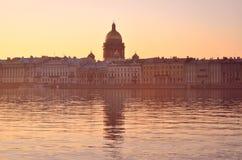 Восход солнца на портовом районе Санкт-Петербурга стоковая фотография