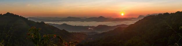 Восход солнца над потоком облаков стоковая фотография
