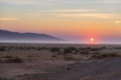 Восход солнца над пустыней Namib, roadtrip в чудесном национальном парке Namib Naukluft, назначение перемещения в Намибии, Африке стоковая фотография rf