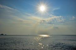 Восход солнца на пляже в Таиланде Стоковая Фотография