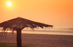 Восход солнца на пляже океана Стоковые Изображения