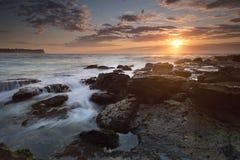 Восход солнца на пляже Warriewood Сиднея стоковое фото rf