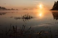 Восход солнца на реке в утре России стоковые фотографии rf