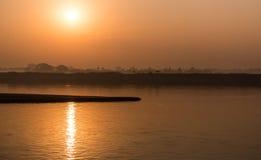 Восход солнца на реке Irrawaddy, Мьянме стоковые изображения