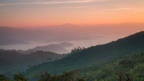Восход солнца на саммите холма понедельника Kluy, провинции Tak, Таиланда Стоковое Изображение RF