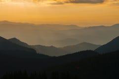 Восход солнца над силуэтом прикарпатской горы Стоковое фото RF