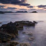 Восход солнца над скалистой береговой линией на ландшафте моря Meditarranean в s Стоковые Изображения