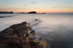 Восход солнца над скалистой береговой линией на ландшафте моря Meditarranean в s Стоковая Фотография