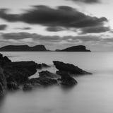 Восход солнца над скалистой береговой линией на ландшафте моря Meditarranean в s Стоковое Изображение