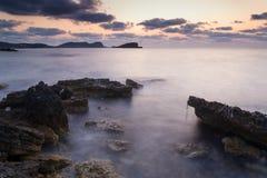 Восход солнца над скалистой береговой линией на ландшафте моря Meditarranean в s Стоковое фото RF