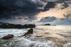 Восход солнца над скалистой береговой линией на ландшафте моря Meditarranean в s Стоковые Изображения RF