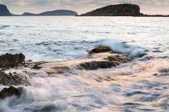 Восход солнца над скалистой береговой линией на ландшафте моря Meditarranean в s Стоковая Фотография RF