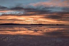 Восход солнца на соли Салара de Uyuni плоском - отдел Potosi, Боливия стоковое изображение rf