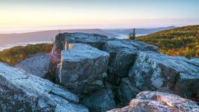 Восход солнца над утесами медведя сохраняет около дернов тележки, Западной Вирджинии Стоковые Изображения