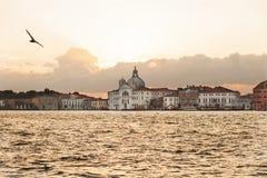 Восход солнца над церковью Santissimo Redentore около Венеции, Италии Стоковые Изображения