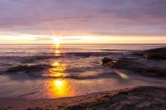 Восход солнца над Чёрным морем в деревне Ravda, Болгарии Стоковое Фото