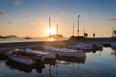 Восход солнца над шлюпками в гавани в ландшафте моря Meditarranean в s Стоковые Изображения RF