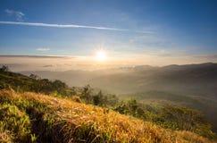 Восход солнца на multi слое высокой горы в Таиланде Стоковые Фотографии RF