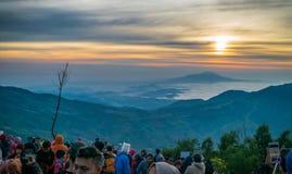 Восход солнца на Sikunir в Dieng Wonosobo стоковые изображения rf