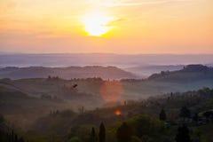 Восход солнца над tuscanian холмами Стоковые Изображения RF