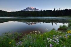 Восход солнца озера отражени стоковая фотография rf