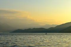 Восход солнца озера lugu стоковые изображения