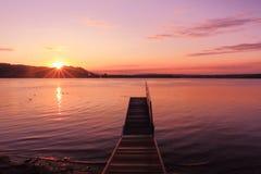 Восход солнца озером воодушевляя ослабляет и quietness Стоковое фото RF
