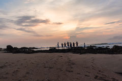 Восход солнца океана пляжа мальчиков девушек Silhouetted семьей Стоковое Изображение