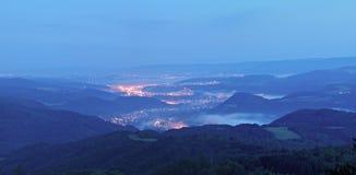 Восход солнца осени над городком индустрии в Богемии. Пики холмов увеличенных от туманной предпосылки. Стоковое фото RF