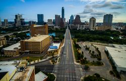 Восход солнца Остина Техаса смотря вниз с башни банка Frost бульвара конгресса и капитолия Техаса в взгляде стоковое изображение rf