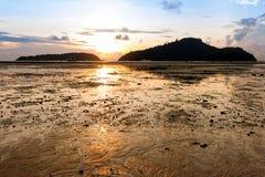 Восход солнца от моря между 2 островами Стоковые Изображения RF