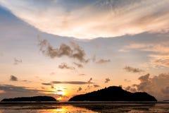 Восход солнца от моря между 2 островами Стоковые Фото