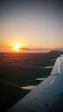 Восход солнца от окна самолета Стоковые Изображения