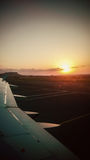 Восход солнца от окна самолета Стоковые Фото