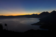Восход солнца от Narriz del Indio над Lago Atitlan, Гватемалой Стоковое Изображение RF