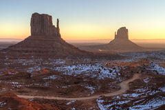 Восход солнца долины памятника туманный стоковое изображение