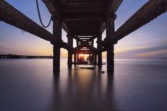 Восход солнца под старой пристанью рыболовства Стоковые Изображения