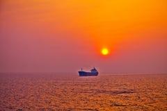 Восход солнца плавания грузового корабля Стоковые Фотографии RF