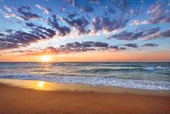 Восход солнца пляжа и моря Стоковая Фотография RF