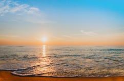 Восход солнца пляжа и моря Стоковое Изображение RF